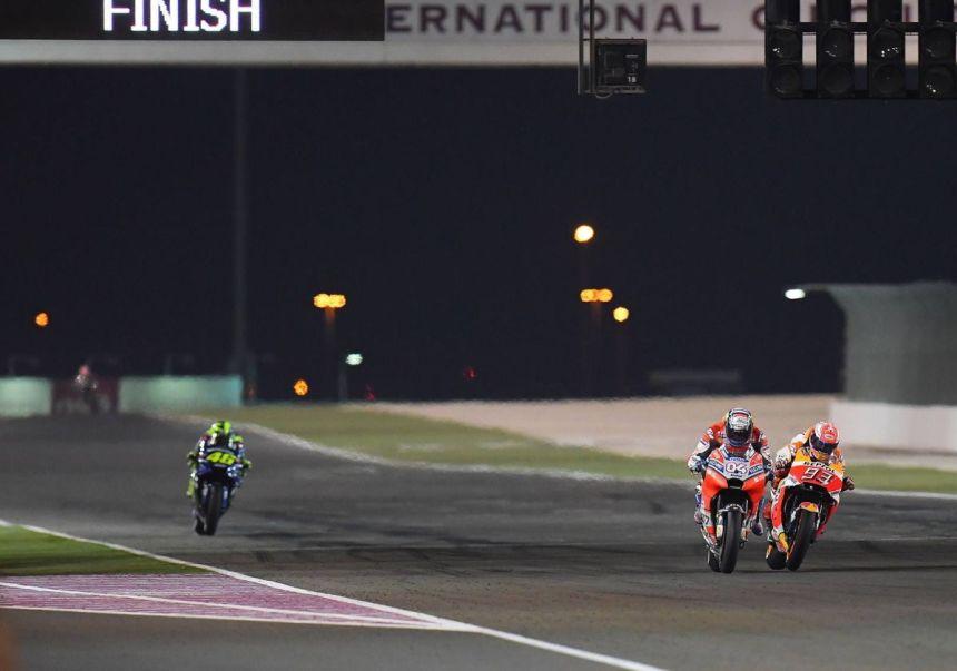 Andrea Dovizioso y Marc Márquez durante el Gran Premio de Qatar de MotoGp