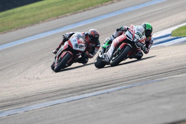 Eugene Laverty y Jordi Torres durante la carrera 2 del Mundial de Superbike en Tailandia