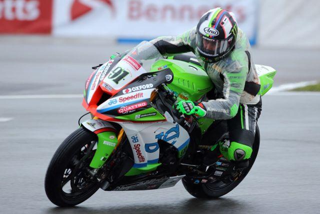 Leon Haslam durante los entrenamientos libres del British Superbike en Donington Park