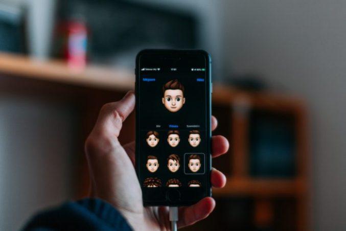 Zu sehen ist eine Hand mit iPhone, darauf ist der Memoji-Generator aufgerufen. Das Update iOS 13.5 soll wieder viele Neuerungen bringen. Bild: Unsplash/Szabo Viktor