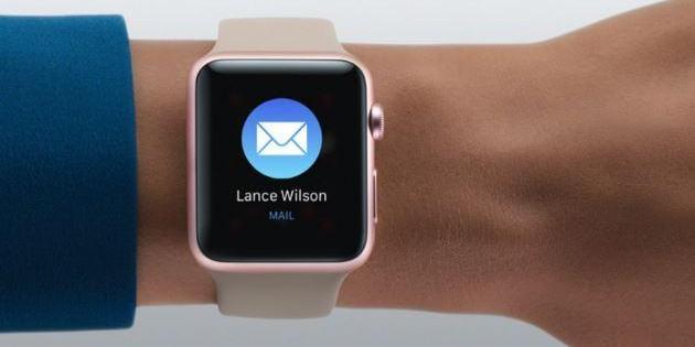 Questa immagine mostra un apple watch sul polso di una ragazza.
