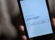 cellulare con scritto numero sconosciuto
