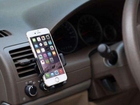 Il supporto per smartphone da auto è tra i regali tecnologici sotto i 30 euro