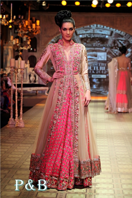manish-malhotra-lehenga-delhi-couture-week-2012