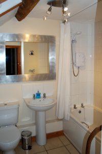 Hillocks Cottage - Family bathroom
