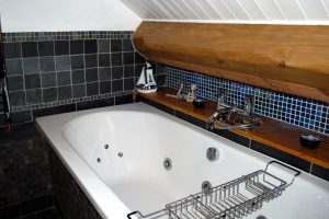 Corner Cottage, Stoney Middleton - Family bathroom with Jacuzzi bath and separate shower