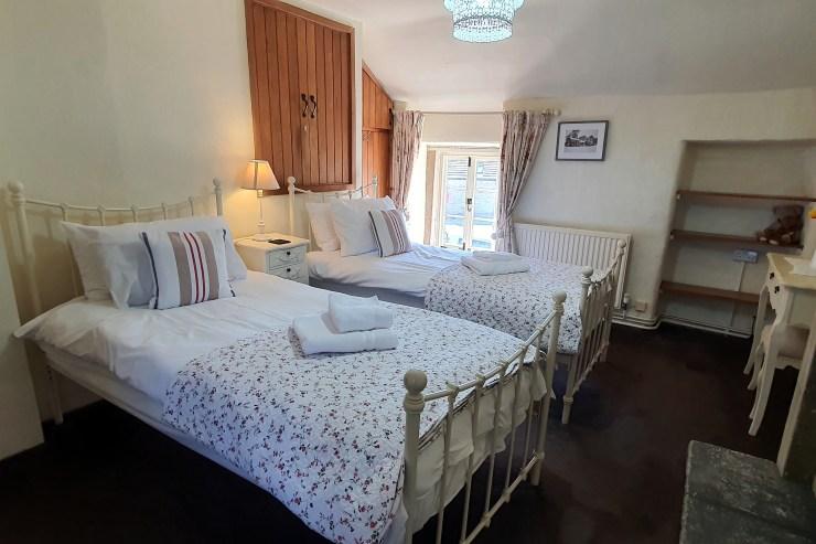 Tudor Cottage, Foolow - Twin Bedroom