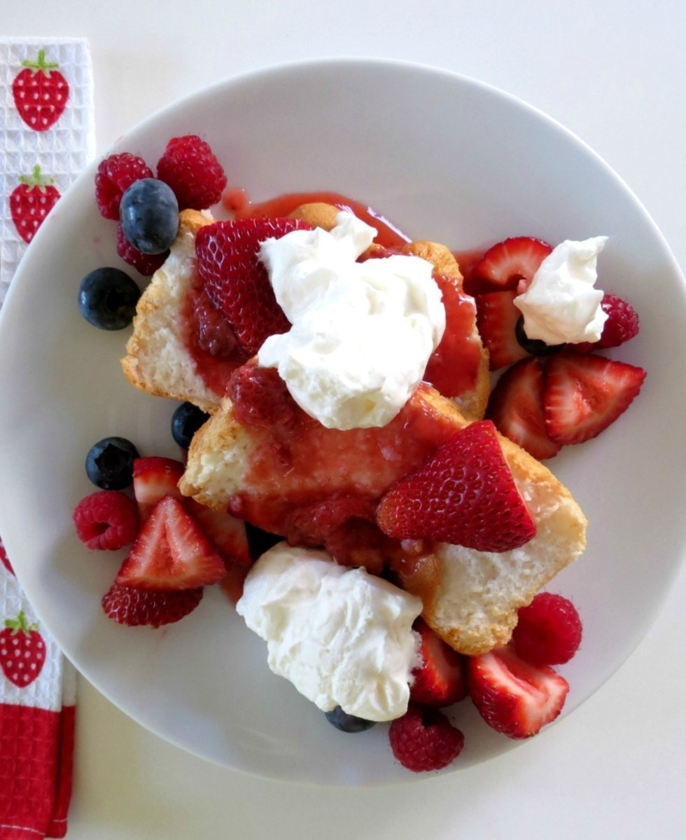 Angel Food Cake with Strawberry Sauce 021a