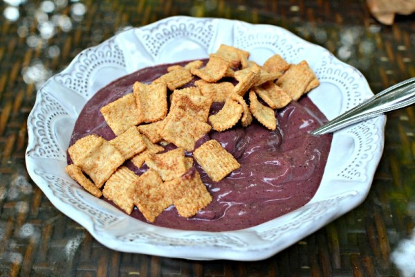 smoothie bowl with cinnamon crunch cereal