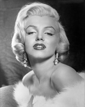 marilyn monroe wearing pearl earrings