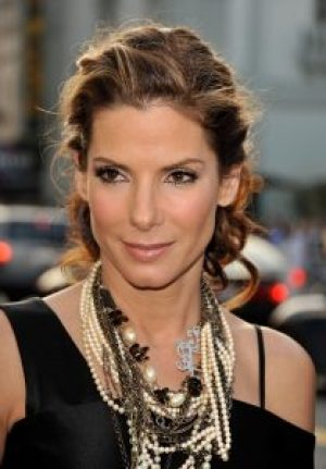 sandra bullock wearing chunky pearl necklace