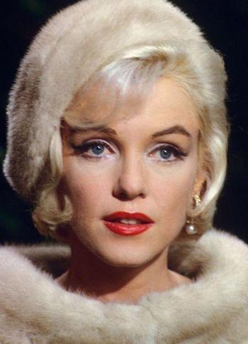 marilyn monroe wearing pearl earrings