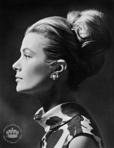 grace kelly wearing pearl earrings