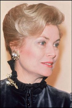 grace of monaco wearing pearl earrings