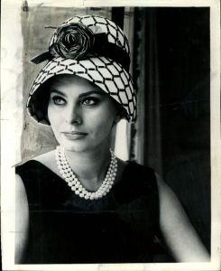 how to wear pearls like Sophia Loren