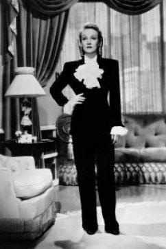 Marlene Dietrich trägt einen Pantsufer