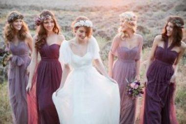 Gruppe von Brautjungfern, die Lavendelperl-Sets tragen