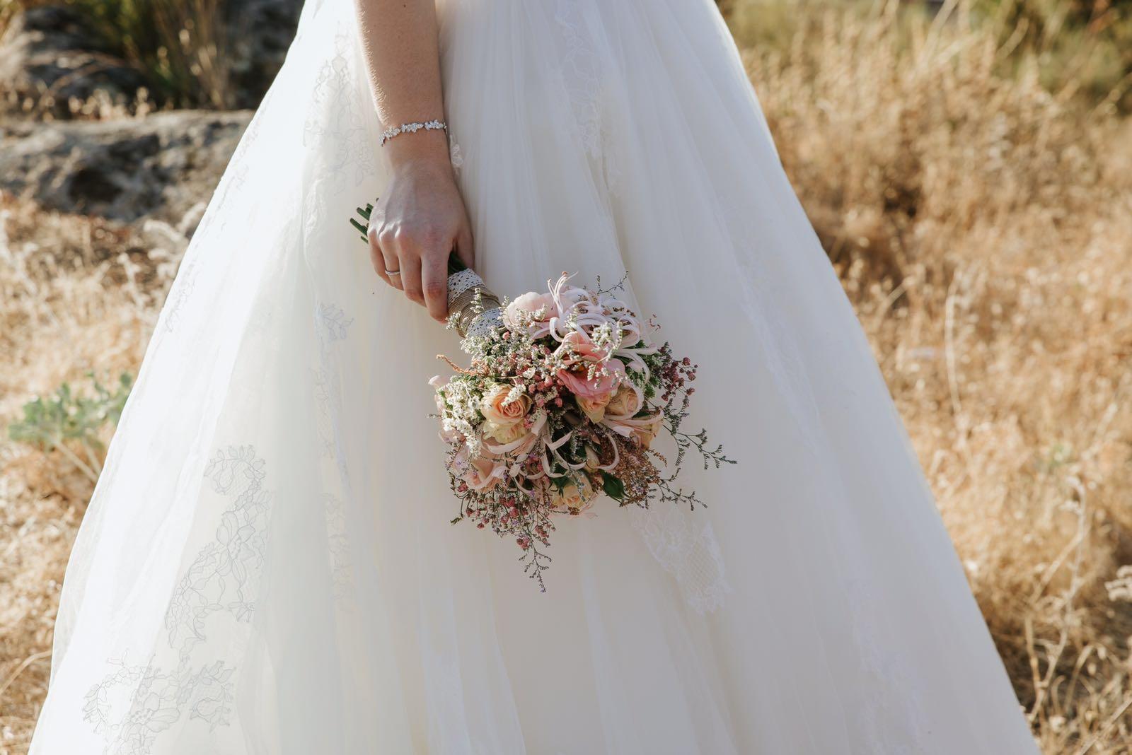 Los desenfadados totales, muestran una novia rebelde y desenfadada, sin leyes ni normas. No existen los protocolos a rajatabla y los ramos de novias son silvestres y con formas divertidas y alocadas