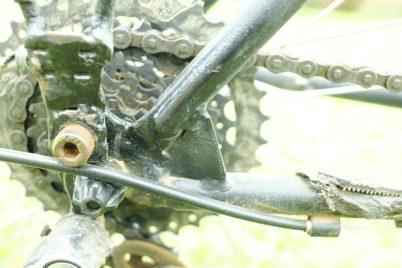 Detalhe do reforço feito no quadro após uma quebra