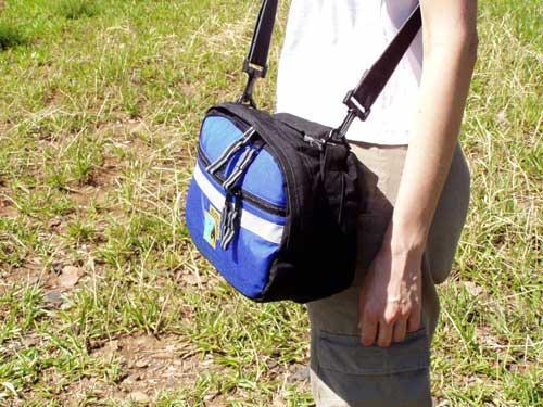 Bolsa de guidão 7L AraraUna sendo utilizada como bolsa tiracolo