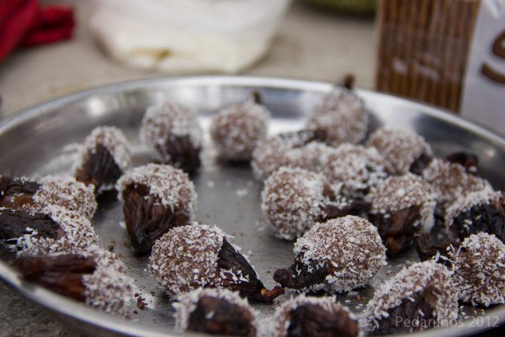Figos desidratados cobertos com chocolate e coco ralado