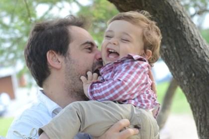 El día del padre - Nico sonriendo con el experto en felicidad