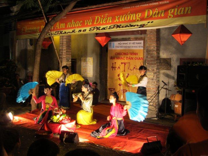 VIETNAM Hanoi espectaculo en la calle