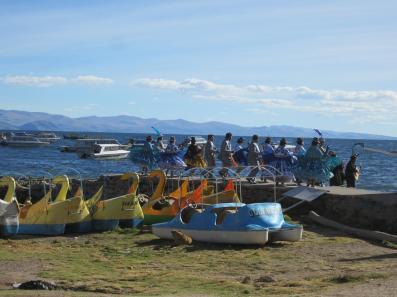 BOLIVIA-Bailes en Titicaca