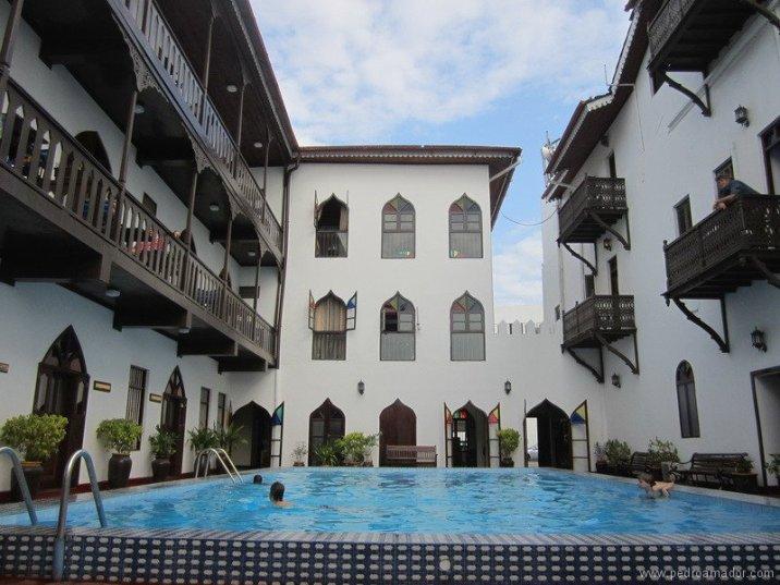 TANZANIA-Piscina hotel blancos