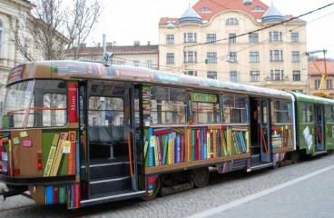 """Biblioteca din tramvai"" umbla prin Iasi"