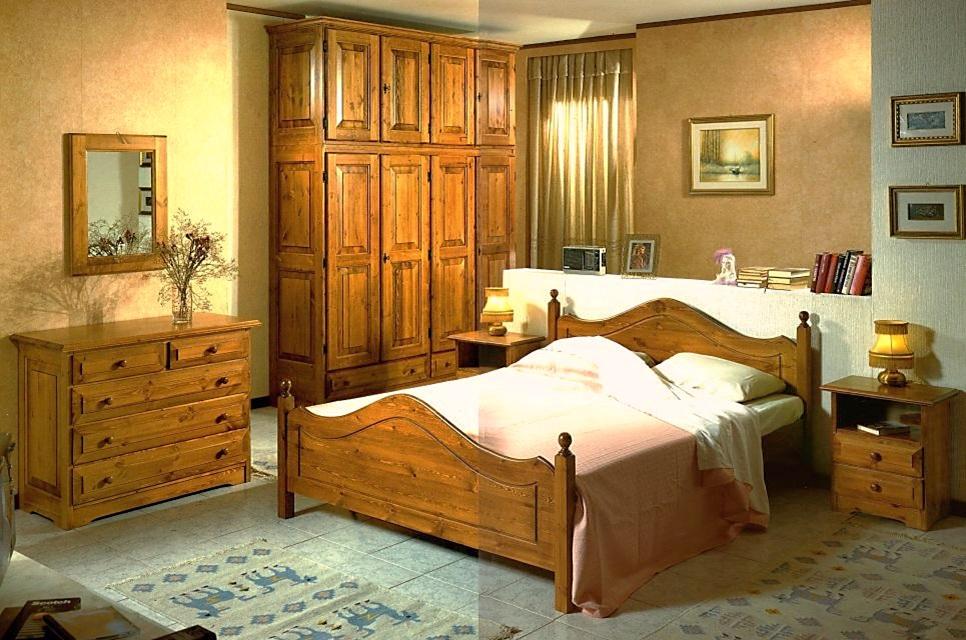 Camere da letto e Camerette  Camera matrimoniale in pino massiccio