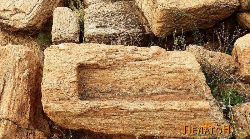 Фрагмент од камен блок со правоаголна обработка