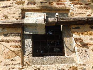 Прозорец со рамка од камен