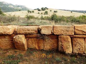 """Фрагмент од сочуван дел од кружниот ѕид со поглед кон """"Колкот"""""""