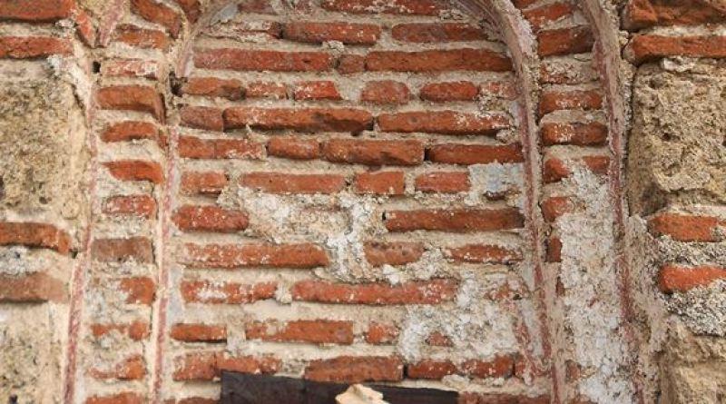 Ниша над западната врата со остатоци од живописот