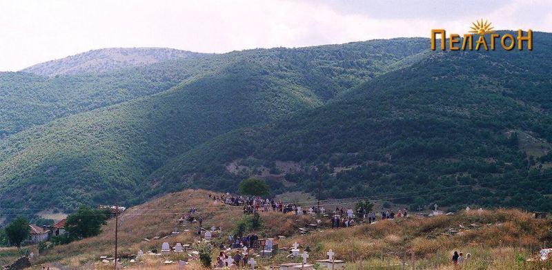 Народ во гробиштата во Витолиште