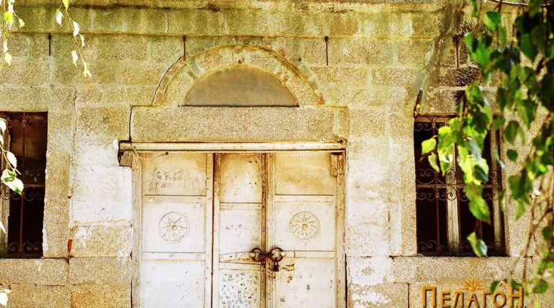 Металната врата со симболот во Врбеско Маало