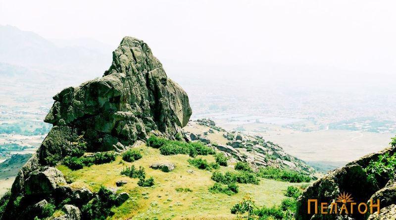 Култната карпа - поглед од запа