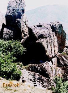Горниот дел од култниот објект и карпата со ритуалните објекти