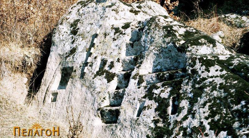 Уште еден поглед откосо на карпата со скалите и нишите
