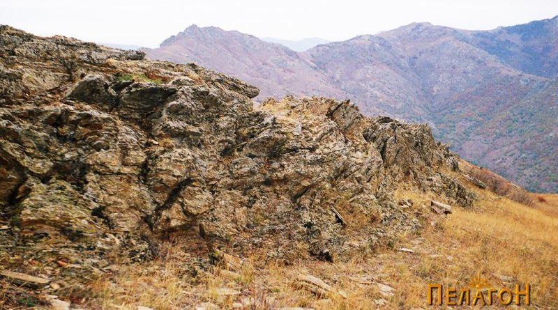 Карпест дел по сртот - северно од тврдината
