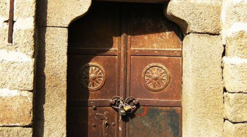 Вратата со шеснаесеткракото сонце - ан-фас