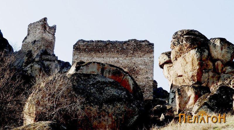 Голема зграда на југоисточниот дел во мистичен амбиент