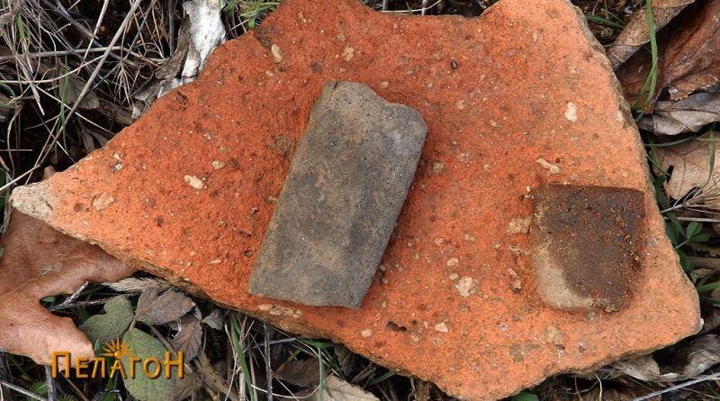 Поголем фрагмент од керамички сад или тегула со два фрагменти од садови