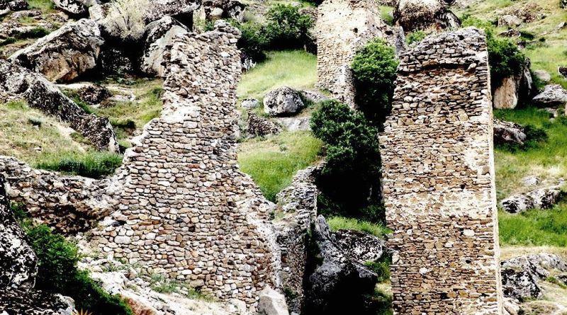 Остатоци од високи ѕидови од југоисточната страна на Маркови Кули