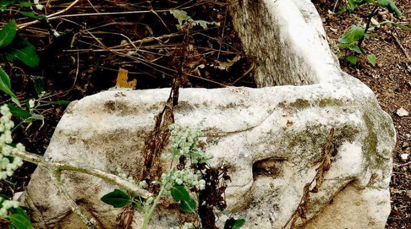 Корито од мермер со релјеф