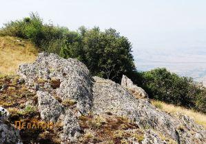 Зарежан дел во карпа на северната тумба