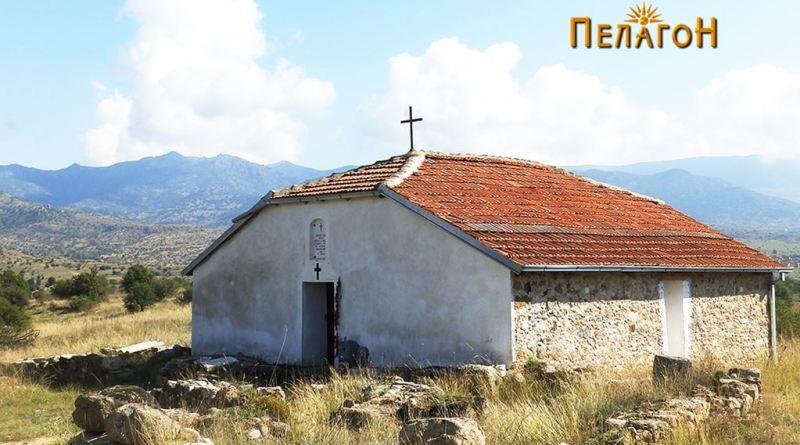 Денешната црква на локалитетот со остатоците од ранохристијанската базилика во преден план