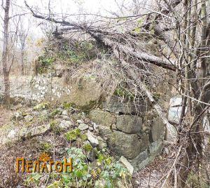 Остаток од мостот на Црна Река јужно од Чебрен