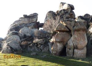 Камената порта во позадина на други специфични форми на Маркови Кули